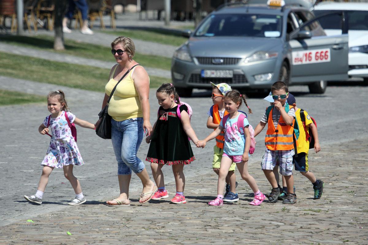 Učiteľka s deťmi.